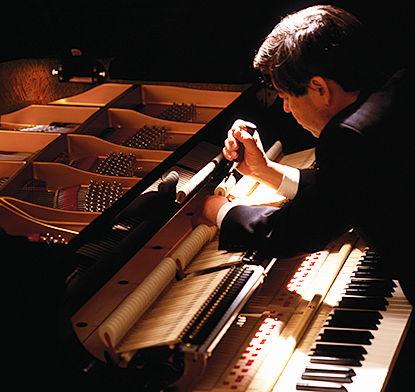 Kĩ thuật viên bảo dưỡng piano Kawai